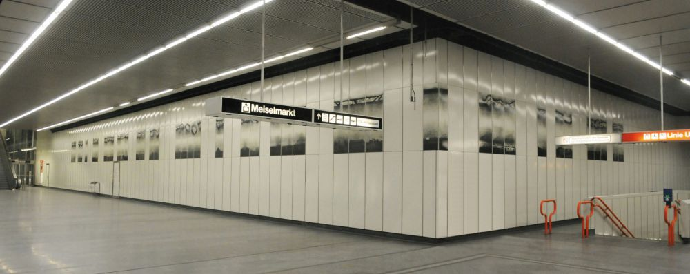 transfer (since 2010), a design for the subway line 3 at Johnstrasse station (intermediate story) in Vienna/Austria, 43 enaml panels (total length ca. 36 m, height 1,50 m)