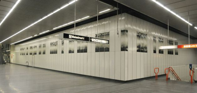 transfer (2008-2010), a design for the subway line 3 at Johnstrasse station (intermediate story) in Vienna/Austria, 43 enaml panels (total length ca. 36 m, height 1,50 m)